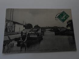 Aigues-Mortes Le Pont D'Artois Et Le Canal De Beaucaire - Aigues-Mortes