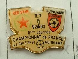PIN'S  FOOTBALL - RED STAR /  GUINGAMP - CHAMPIONNAT DE FRANCE 92 / 93  - COTES D'ARMOR - BRETAGNE - Voetbal