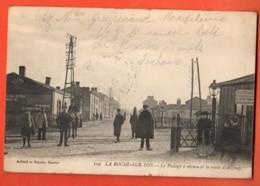ZAB-19  La Roche-sur-Yon  Passage à Niveau Et Route De Ezenay. TRES ANIME. Cachet Croix-Rouge Et Circulé 1917 - La Roche Sur Yon