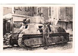 CPSM MELUN : Tank Allemand Détruit Et Soldat Devant - Août 1944 - R. Gallois Artisan, Rueil-Malmaison  - 2 Scans - Melun