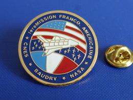 Pin's 1ère Mission Franco Américaine Cnes Nasa Baudry - Conquète Spatiale Espace Drapeau USA France Challenger (P68) - Ruimtevaart