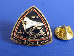 Pin's Nasa Astro-1 Astronomy Wupp Hut - Conquète Navette Spatiale Espace Endeavour Challenger (P69) - Ruimtevaart