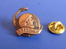Pin's Conquète Spatiale Russe - Russie Youri Gagarine Cosmonaute - Espace Etoile (P58) - Espace