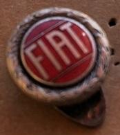 ATTENTION C'EST UNE BOUTONNIERE - RONDE - LOGO FIAT - VOITURE - CAR - AUTO - MACCHINA - ITALIA - ITALIE-ITALIEN- MILANO - Fiat