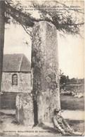 Plélauff NA1: Le Menhir. La Borne Devant Le Menhir Porte, Sculptée, Une Croix Pattée - Other Municipalities
