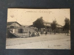 60 - LASSIGNY ( Oise ) - Place Du Marché Et Halle - Animée - Militaria - Tank - Autres Communes