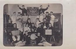 AK Foto Deutsche Soldaten Beim Feiern Auf Der Stube - Humor - Haus-Kapelle - Bierkrüge Ziehharmonika - 1906 (49805) - Guerre 1914-18