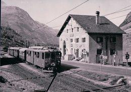 Schweizer Eisenbahnen, Rhätische Bahn, Berninabahn, Train En Gare De Bernina-Suot Et Poste, Photo 1971 BVA RhB 180.2 - Trains