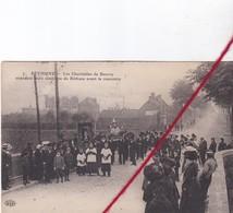 CP 62 - BETHUNE -   Les Charitables  De Beuvry  Attendent 2 Confréries De Béthune Avant La Rencontre - Bethune