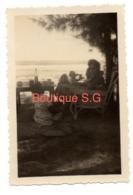 Photo Saint Gille La Reunion Juin 1948 Plage Ler Chaise Femme Enfant 9x6 Cm - Anonymous Persons