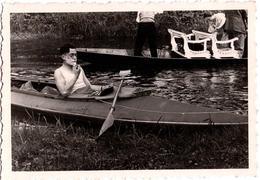 Insolite & Amusante Photo Originale Toilette - Homme Se Rasant Avec Son Miroir à Bord De Son Canoë Kayac Vers 1930/40 - Persone Anonimi