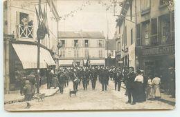 Carte Photo à Localiser - Fanfare De Pompiers Dans Une Rue Un Jour De Fête - Restaurant Pâtisserie Lion D'Or - Postcards