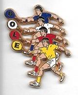 Pin' S  Ville  DOLE ( 39 )  Sport  TENNIS  4  Joueurs  Maillots  Différentes  Couleurs  Verso  OFFERT  Par  DOLE  EUROPE - Ciudades