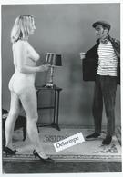 Femme Nue Tenant En Joue Avec Un Revolver Un Cambrioleur - Photo 18 X 12.5 Cm Environ - Années 1950/60 - Erotiche (...-1960)