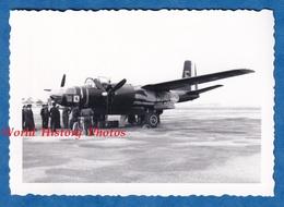 Photo Ancienne Snapshot - BRUXELLES ? BELGIQUE ? - Avion B26 De L' Armée Belge ? Voir Insigne - Aviation Air Militaire - Aviation