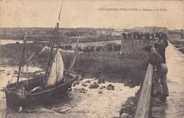 85.  LES SABLES D'OLONNE ..CPA. . BARQUE A LA COTE. ANIMATION. ANNÉE 1916 + TEXTE - Sables D'Olonne