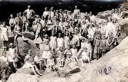 Carte Photo Originale Sortie Scolaire De Classes D'écoliers Mixtes Sur Rochers En 1929 - Anonyme Personen