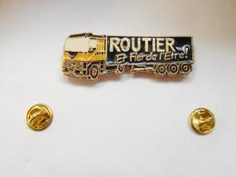 Superbe Big Pin's En Relief , Transport Camion Renault Magnum AE , Routier Et Fier De L'être - Transports