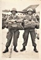 Rare Superbe Photo 8.5 X 12.5 Cm Deux Parachutistes Avant Saut Devant Nord-Atlas Immatriculé 341-B - 1939-45