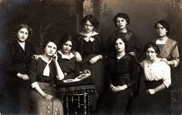 Carte Photo Originale Portrait De Jeunes Femmes Triste à Noël 1914, Ennui Sur Les Visage & Von Trude Fischer - Légende - Pin-ups