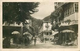PHL Photo Cpsm 06 LUCERAM. Café Restaurant Et Boulangerie Sur La Place 1949 Timbre Manquant - Lucéram