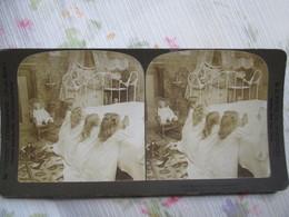 PHOTO STEREO   ENFANTS A LA PRIERE ET POUPEE - Chambre D'Enfants - 1904 - Photo De H.C. WHITE  BE - Photos Stéréoscopiques