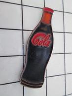 416A Pin's Pins / Beau Et Rare / THEME : COCA-COLA / BOUTEILLE DE COLA Peine De Jus Noirâtre ... Ah Oui C'est Du Coca - Coca-Cola