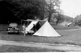 Photo D'une Mère Et Sa Fille Sous Leurs Tente Avec Leurs Voiture Ancienne Une 203 Peugeot - Coches