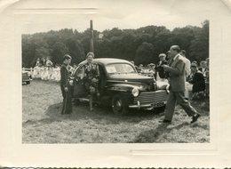 Photo D'une Femme élégante Sortant D'un Peugeot 203 Berline  Pour Un Concours D'élégance En 1950 - Coches