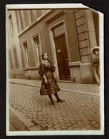 Photo 12 Cm X 9 Cm - 1908 - Liège - Jeune Femme - G. Dumont & Frères - Rue Soeurs-de-Hasque ? - 2 Scans - Lieux