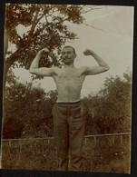 Photo 1909 - 11 Cm X 8,5 Cm - Monsieur Muscle - Homme Torse Nu - Photo Prise Au Château D'Haccourt - 2 Scans - Personnes Anonymes