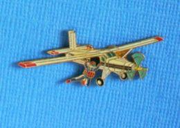 1 PIN'S // ** AVION PILATUS PC-6B1-H2 / SAUT EN PARACHUTE ** . (© J.Y. Ségalen) - Paracadutismo
