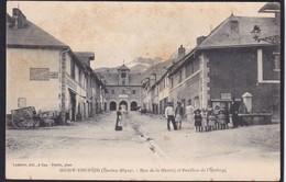 MONT DAUPHIN - ( 05 - Hautes Alpes ) Rue De La Mairie Et Pavillon De L'horloge ( Animée , Personnes , Tabac ) - TB Etat - France