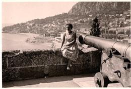 Photo Originale Canon & Femme Dans Le Viseur Du Côté De Monaco Vers 1960 - Guerra, Militari