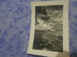 Photo Originale  Femme Pin-up  En Maillots De Bain A La Plage  Avec Un Chapeau Annee Circa 50 - Pin-up