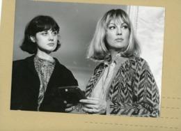 PHOTO DE PRESSE -  Les Comédiennes VERONIQUE DELBOURG  Et MYLENE DEMONGEOT  Dans  MARION - Personas Identificadas