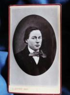 Photo CDV J. Guittet Au Mans - Portrait émaillé Embossé, Femme En Costume D'homme, Circa 1880 L501 - Photos