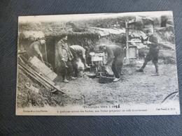 SUR LE FRONT -  DES POILUS PREPARENT LE CAFE - AU VERSO VOIR LE CACHET DU CONTROLE MILITAIRE - Oorlog 1914-18