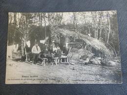 SUR LE FRONT - SCENE DE LA VIE - LE TAILLEUR DEVANT SA CAHUTE EN COMPAGNIE D'AUTRES SOLDATS - Oorlog 1914-18