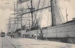 CALAIS - Déchargement D'un Navire - Calais