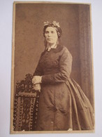 CDV Photo De Witz à ROUEN - Portrait Femme - Identifiée - Mme Cardin - Fleurs Dans Cheveux - Circa 1865 - - Anciennes (Av. 1900)