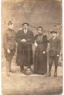 MILITARIA 674 ; Souvenir De La Guerre Bretagne 1914 18 ; Poilu En Pose Photo Avec Ses Parents Et Son Frère - Personnages