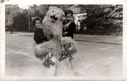 Carte Photo Originale Eisbär - Figurant Dans Son Costume D'Ours Blanc Polaire Portant 2 Enfants Vers 1930/40 - Légende - Anonieme Personen