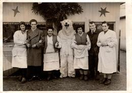 Photo Originale Eisbär - Ours Blanc Polaire En Déguisement & Visite Aux épiciers Du Coin Vers 1950/60 - Anonymous Persons