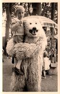 Photo Originale Eisbär - Déguisement D'Ours Blanc Polaire Portant Un Enfant Dans Ses Bras Vers 1950/60 & Kermesse - Anonieme Personen