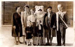 Photo Originale Eisbär - Déguisement D'Ours Blanc Polaire Posant En Famille Sur Berlin Vers 1940/50 - Foto Wiedemann - Anonieme Personen