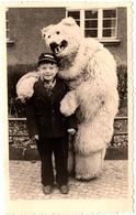 Photo Originale Eisbär Déguisement D'Ours Blanc Polaire Posant Avec Un Enfant à La Casquette Vers 1940 Berlin, E. Plümer - Anonieme Personen