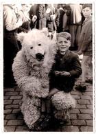 Photo Originale Eisbär Déguisement D'Ours Blanc Polaire Accroupi Posant Avec Un Enfant Sur Le Genoux Vers 1950/60 - Lég. - Anonymous Persons