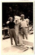 Carte Photo Originale Eisbär & Déguisement D'Ours Blanc Polaire Posant Avec Un Jeune Couple Vers 1950/60 - Anonymous Persons