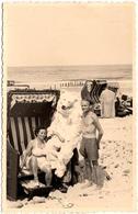 Photo Originale Eisbär & Déguisement D'Ours Blanc Posant Sur La Plage Avec Un Couple Sexy - Foto Kemps 1940/50 - Anonymous Persons